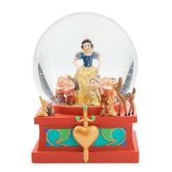 Art of Snow White Snowglobe 247x247 - Globo de Neve Branca de Neve e os Sete Anões Oficial Disney