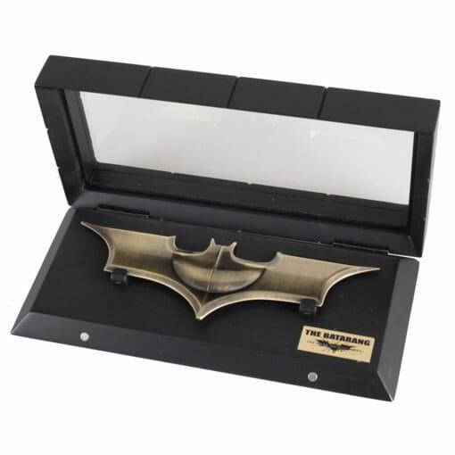 Batrang Noble Collection 1 510x510 - Batrang com expositor Batman Réplica Oficial