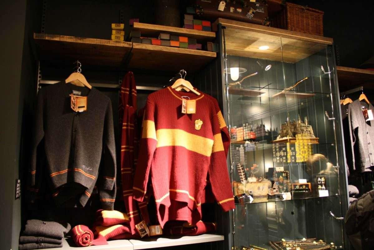 Harry Potter Platform 9 shop Kings Cross Station London 13 1199x800 - Conheça a Lochaven, empresa responsável pelo figurino oficial dos alunos de Hogwarts.
