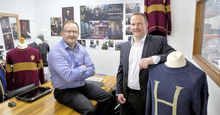 Keith and Colin in their factory 2 762x400 - Conheça a Lochaven, empresa responsável pelo figurino oficial dos alunos de Hogwarts.