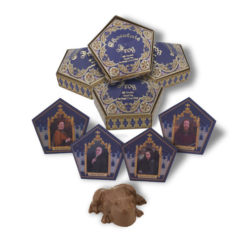 L Honeydukes Chocolate Frogs 4 Pack 1245475 247x247 - Sapo de Chocolate Harry Potter Oficial Pack c/ 4 und.
