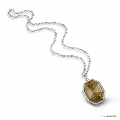medalhao de sonserina oficial noble collection4 510x510 - Medalhão de Sonserina Oficial com Expositor